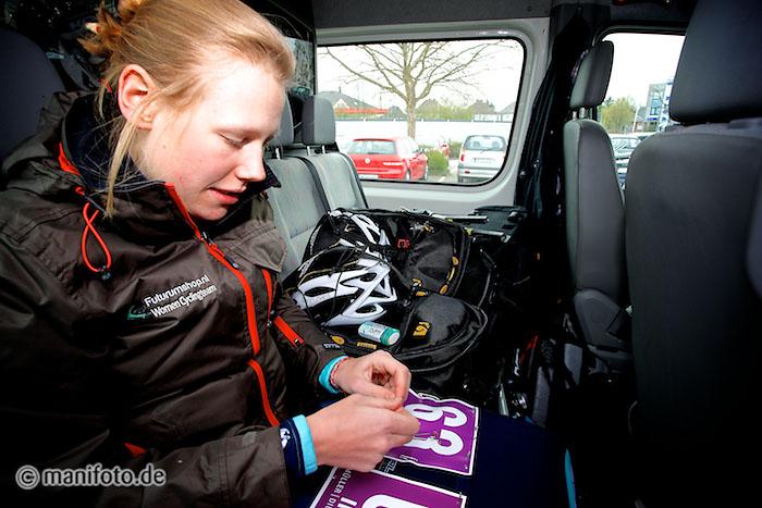 Vor dem Rennen werden die Startnummern am Trikot befestigt